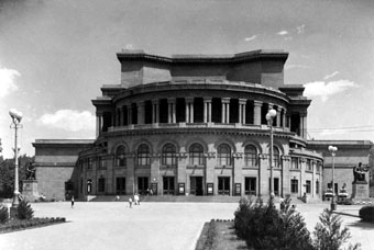 Здание Театра оперы и балета.