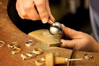 Географическое положение Армении требует экспортировать легкие и компактные товары с высокой добавленной стоимостью (бриллианты, часы, драгоценности, точные приборы, биотехнологию, медикаменты).