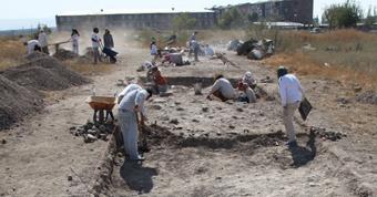 Специалисты начинают исследовать найденный могильник.