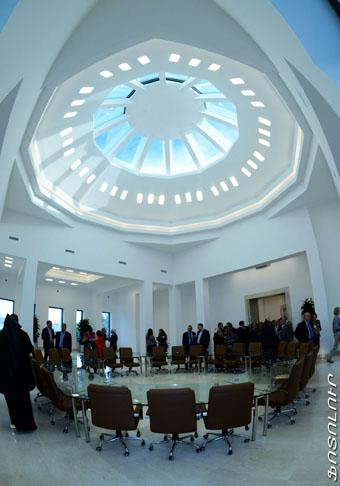 Новое хранилище рукописей построено по инициативе Католикоса Всех Армян Гарегина II на средства лондонских благотворителей Ваче и Тамар Манукянов.