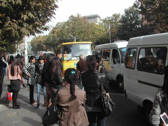 С десяток ереванцев в ожидании маршрутки N77, которая едет до памятника Х.Абовяну. Вместо привычного микроавтобуса N77 приезжает N75.