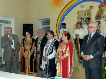 На фестивале ашугской и народной музыки.