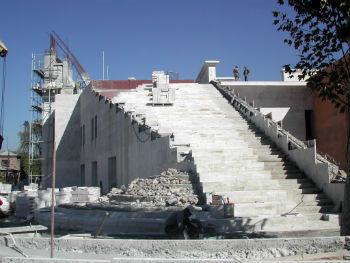 Посетители попадут в музей по лестницам, ведущим на второй этаж, откуда начнется осмотр экспозиции.
