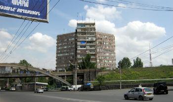 """Знаменитый """"трилистник"""" - первое высотное здание в Ереване."""