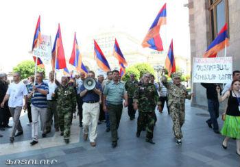 Азатамартики протестуют.