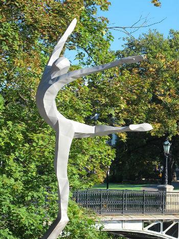 4-метровый памятник установили неподалеку от белоснежного здания Латвийской национальной оперы, в этом году отметившей свое 150-летие.