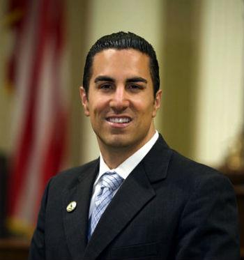 Депутат-демократ, председатель Комитета по ассигнованиям парламента штата Калифорния Майк Гатто.