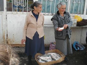 Продавцов можно часто встретить не только в подъездах, но и на улицах столицы, и это при условии, что лов рыбы из Севана запрещен из-за катастрофического снижения ее объемов.