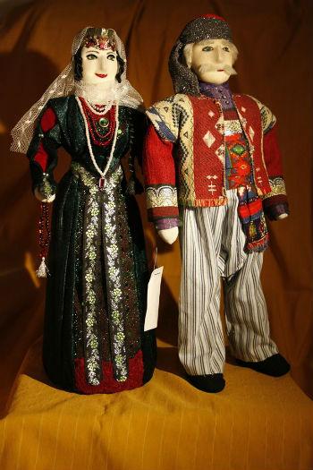 """Тряпичные куклы – носатые, нежные, круглолицые, высокомерные, изящные или строгие, - всех их мастерица именует не иначе как """"мои красавицы"""", """"мои герои""""."""