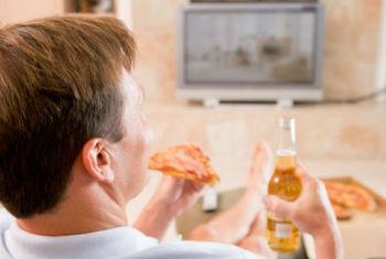 Люди приходят после работы домой, в 7-8 вечера наедаются и заваливаются на диван перед телевизором.  В итоге все откладывается в жир.