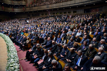 """Этот съезд проходит в период, когда нет ни мира ни войны, проигравшие войну и пожинающие плоды поражения азербайджанские власти пытаются создать в глазах своего народа впечатление, что якобы борьба за Карабах продолжается, заявил, выступая на X съезде """"Еркрапа"""" президент Серж Саргсян."""