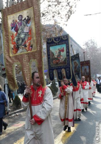 За полководцем шли юные барабанщики, священники с хоругвями, курсанты, молодые и не очень люди.