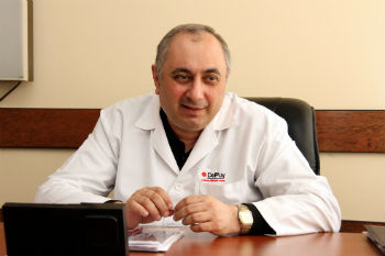Заведующий отделением доктор медицинских наук, профессор Армен Чарчян.