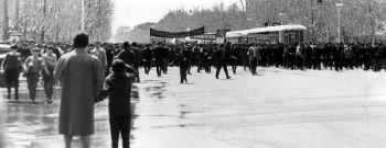 """Многие помнят 24 апреля 1965 года, когда в Ереване наряду с официальными мероприятиями имели место несанкционированный 30-тысячный митинг на главной ереванской площади имени Ленина (ныне площадь Республики), грандиозное шествие по центральным улицам нескольких десятков тысяч людей, завершившееся митингом в саду им. Комитаса. Основным лозунгом митингующих было: """"Справедливо решите Армянский вопрос"""""""