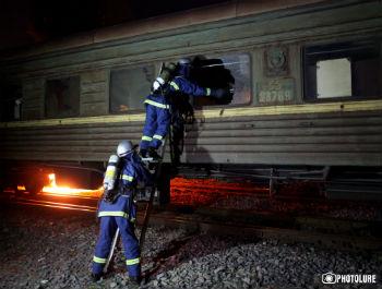 Спасатели проверяют двери вагонов и выясняют, что вследствие мощного удара при столкновении поездов они деформировались и никак не поддаются.