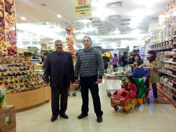 В Азербайджане говорят, что в Армении голод. Давайте сфотографируемся здесь, пусть видят, что Алиев врет им даже в этом, - предлагает Джавид.