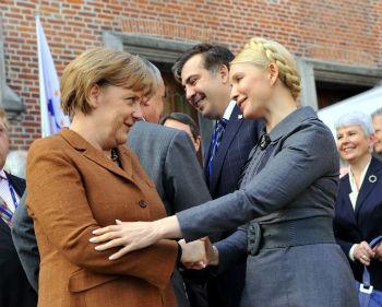 Для сравнения с Тимошенко больше подходит Ангела Меркель: обе леди полагались в политике только на себя, руководствовались собственным умом и добивались признания ценой собственных решений.