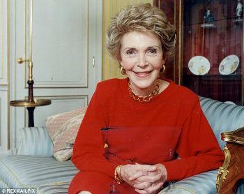 В свое время Нэнси Рейган написала книгу о том, как в бытность первой леди Соединенных Штатов ей пришлось пережить немало издевательских намеков на то, что она всего лишь певичка, второсортная актриса и прочее в том же духе.