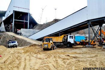 Несмотря на то что эксплуатация месторождения и запуск горно-обогатительного комбината запланированы на конец августа - начало сентября этого года, на территории компании во всю кипит работа.