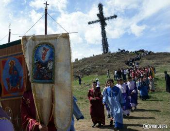 Духовная часть мероприятия началась прямо у Святого Креста, куда собравшиеся поднялись по крутым ступенькам.