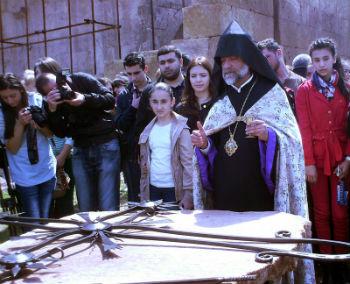 После ритуала освящения креста все участники мероприятия спешили приложиться к символу христианства. Затем крест был поднят вверх и установлен на сияющий под лучами солнца купол церкви