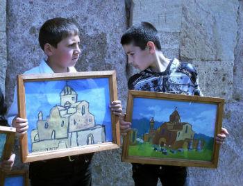 У фронтальной стены храма школьники устроили выставку рисунков. Пейзажи, натюрморты, герои Священного писания и, конечно, знаменитая Одзунская церковь глазами детей выглядели потрясающе.
