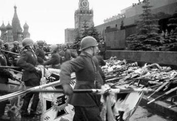 Завтра мир будет отмечать годовщину Победы над фашизмом, а ветераны освобождения Украины от фашизма с риском для жизни прикрепят рядышком с медалями георгиевские ленточки…