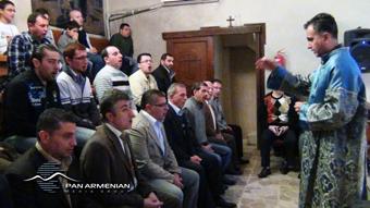 Служба в армянской церкви.