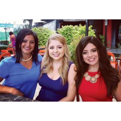 Дженнифер Брикер с приемными сестрами