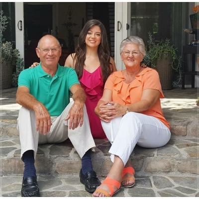 Дженнифер Брикер с приемными родителями