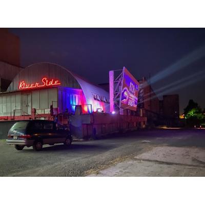 На платформе River Side Cinema в роли зрителей выступают автомобили с пассажирами