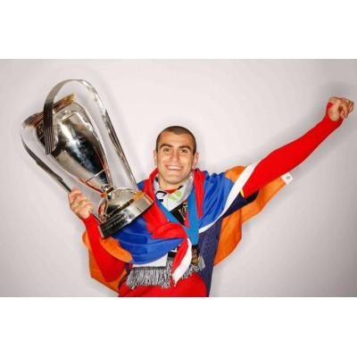Нападающий сборной Армении по футболу Юра Мовсисян завершил спортивную карьеру
