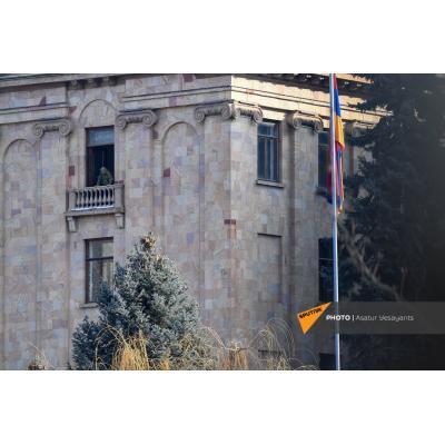 На территории парламента установлены светозвуковые гранаты, расположены снайперы