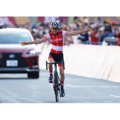 В женской шоссейной групповой гонке на 137 км сенсационно победила австрийка Анна Кизенхофер