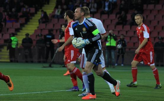 Вратарь сборной армении и химок березовский мяч попал в грудь