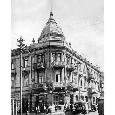 В этом здании (архитектор Вартан Саркисов) в 1918 году находился Бакинский Совет рабочих, солдатских, матросских и крестьянских депутатов