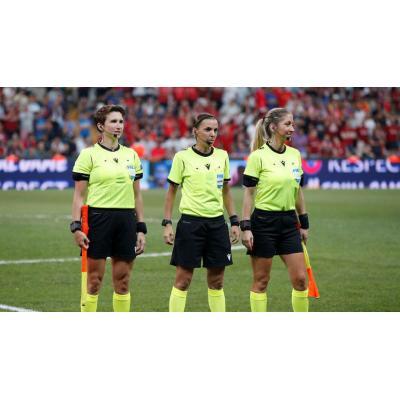 Женская бригада арбитров (Мишель О'Нил, Стефани Фраппар, Мануэла Николози) провела финальный матч 'Ливерпуль' - 'Челси'